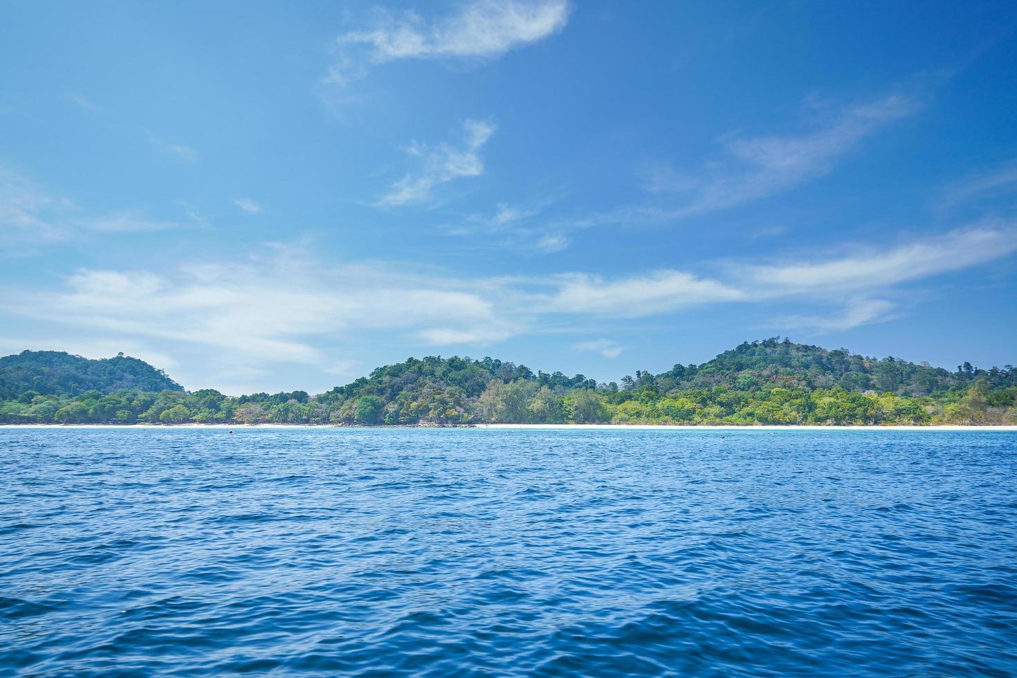 vista sul mare con l'oceano blu profondo e l'isola della Tailandia foto