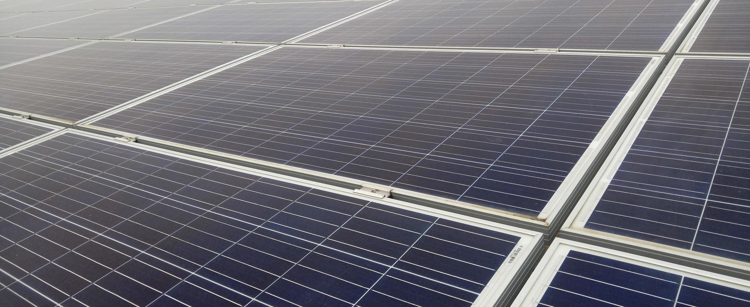 primo piano dei moduli solari foto