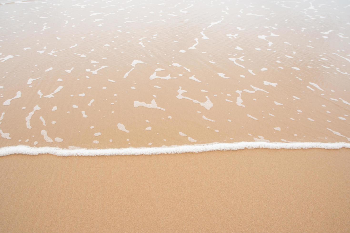 le onde si avvicinano alla spiaggia foto
