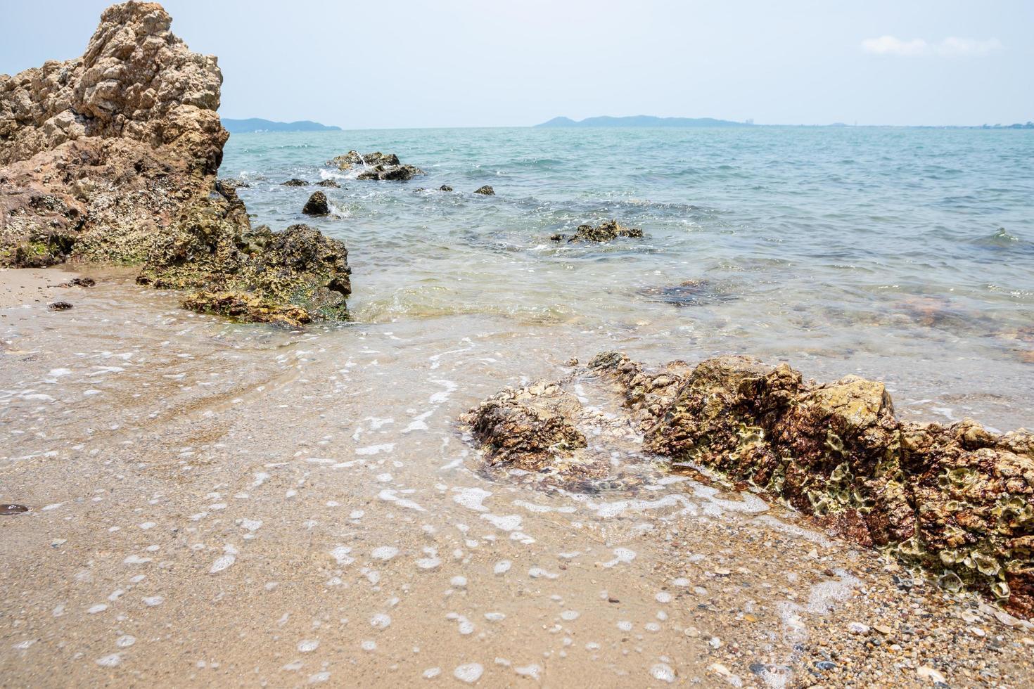 litorale della spiaggia con rocce foto