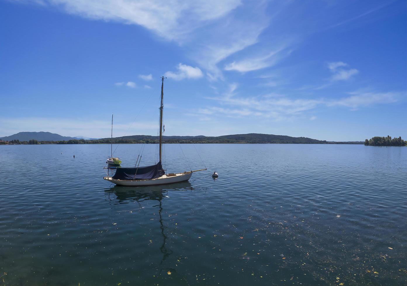 vista della barca sul lago foto