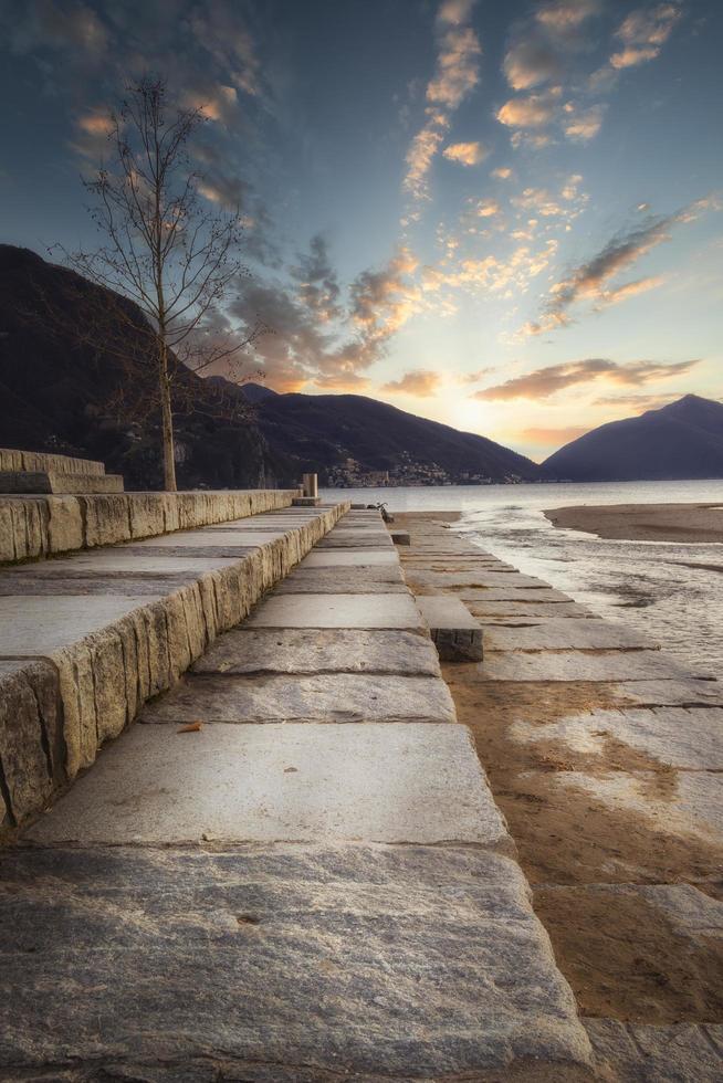 scale con le montagne sullo sfondo foto