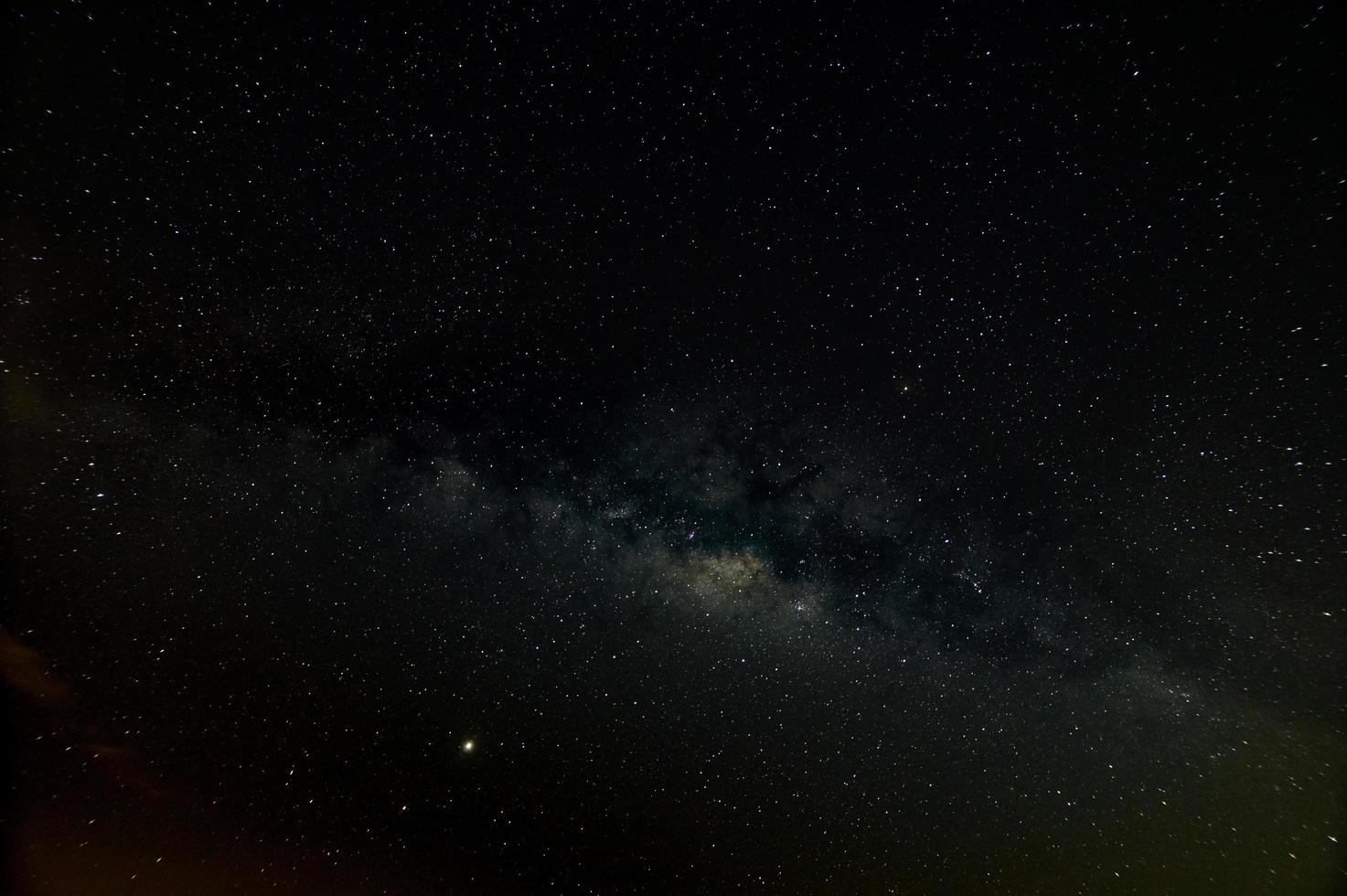 via lattea nel cielo notturno profondo foto