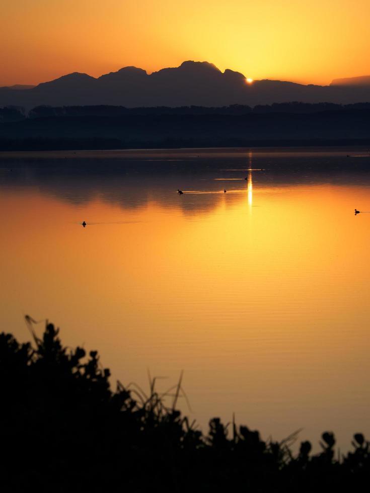 lago durante il tramonto dorato foto