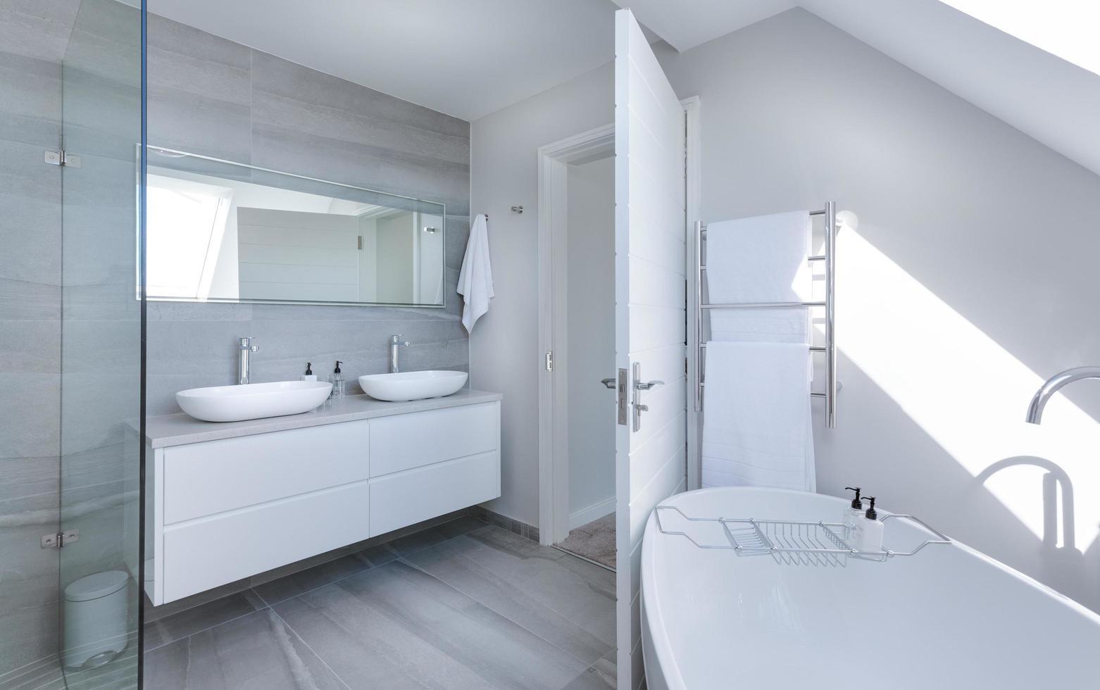 interno del bagno bianco e grigio foto