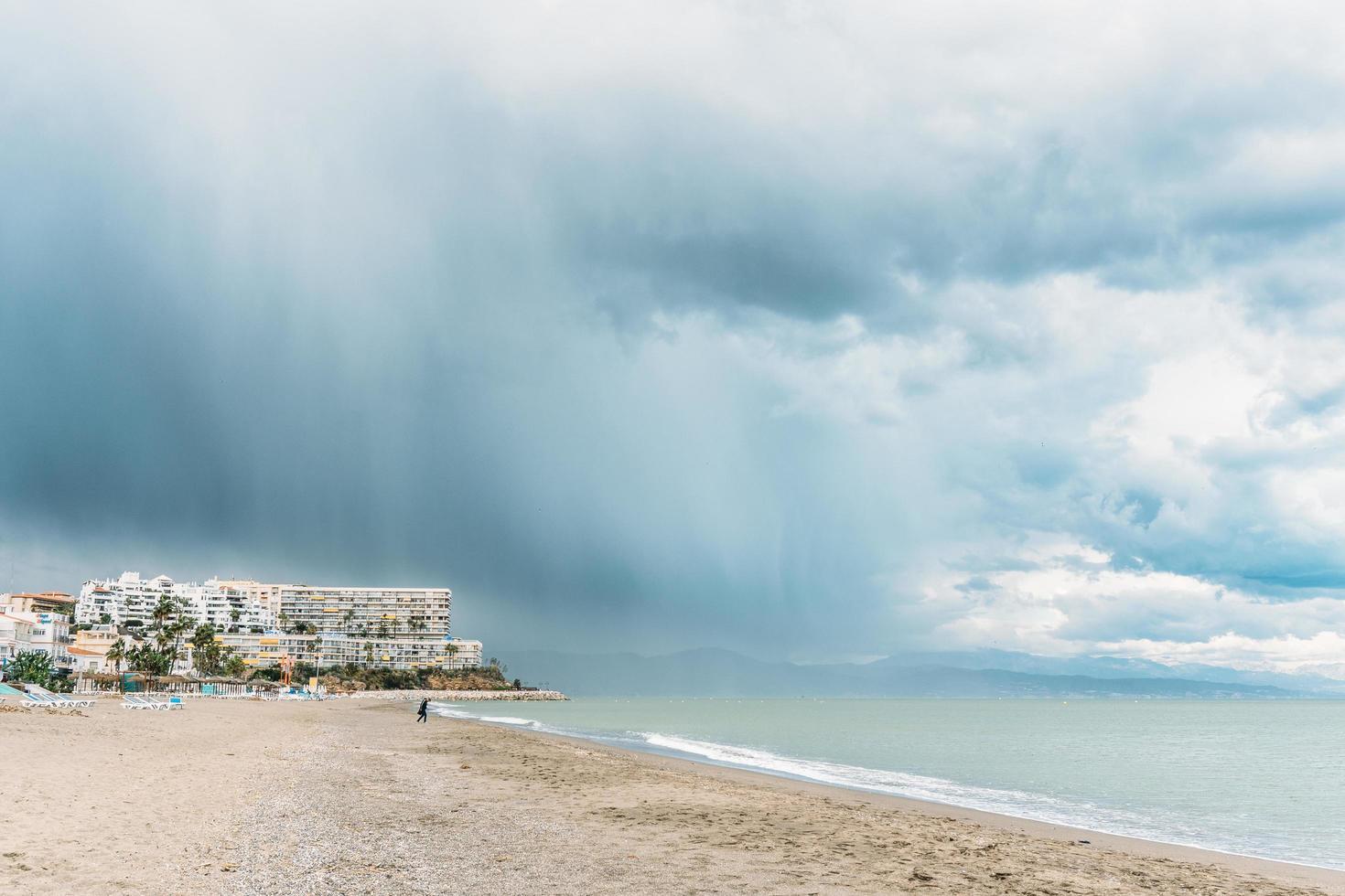 pioggia in spiaggia foto