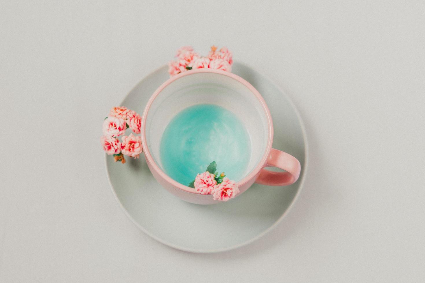 tazza e piattino su sfondo neutro foto