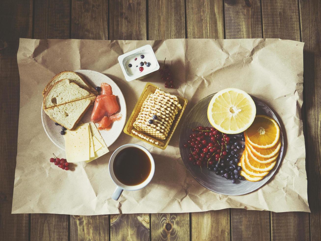 colazione sparsa su carta artigianale foto