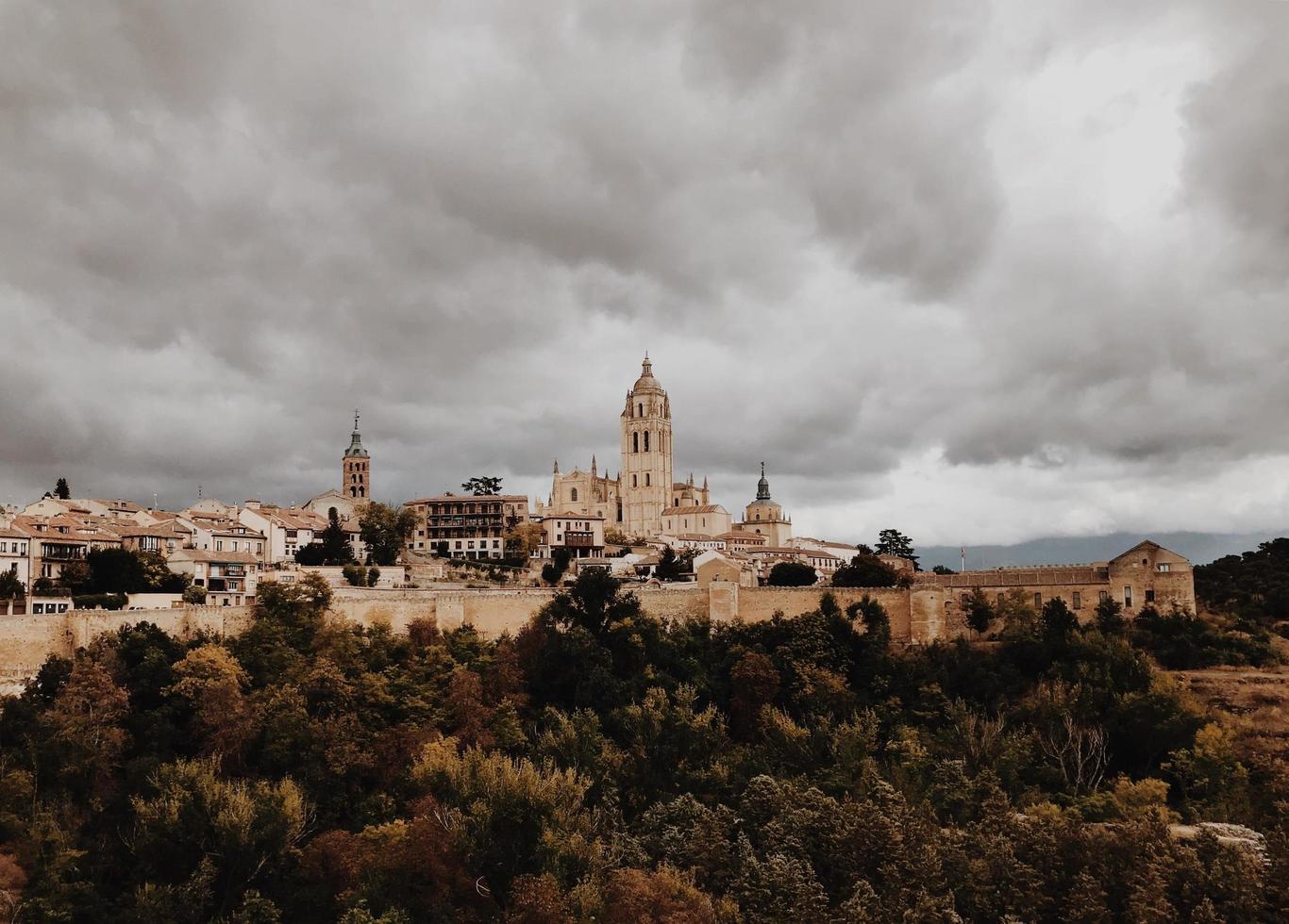 Cattedrale di Segovia sotto il cielo nuvoloso foto