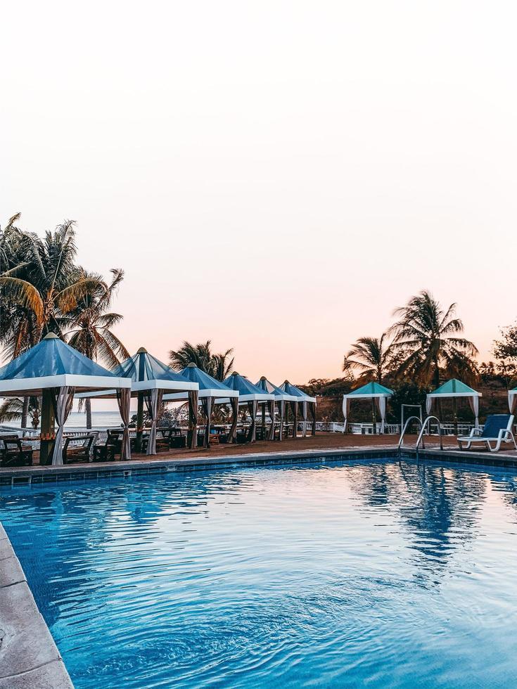 capanne a bordo piscina e spiaggia foto
