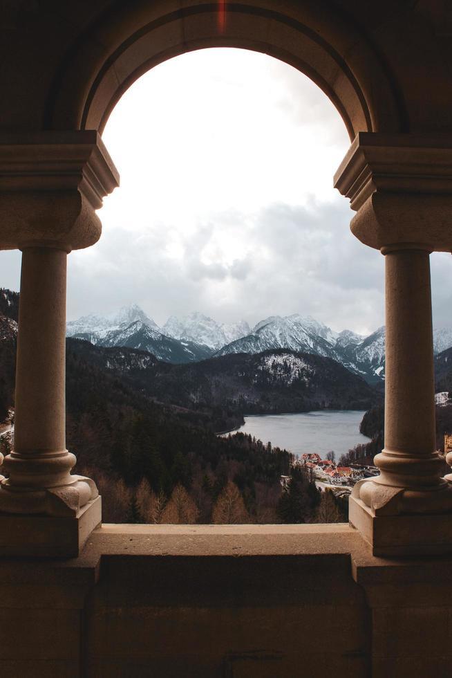 catena montuosa vista tra le colonne foto