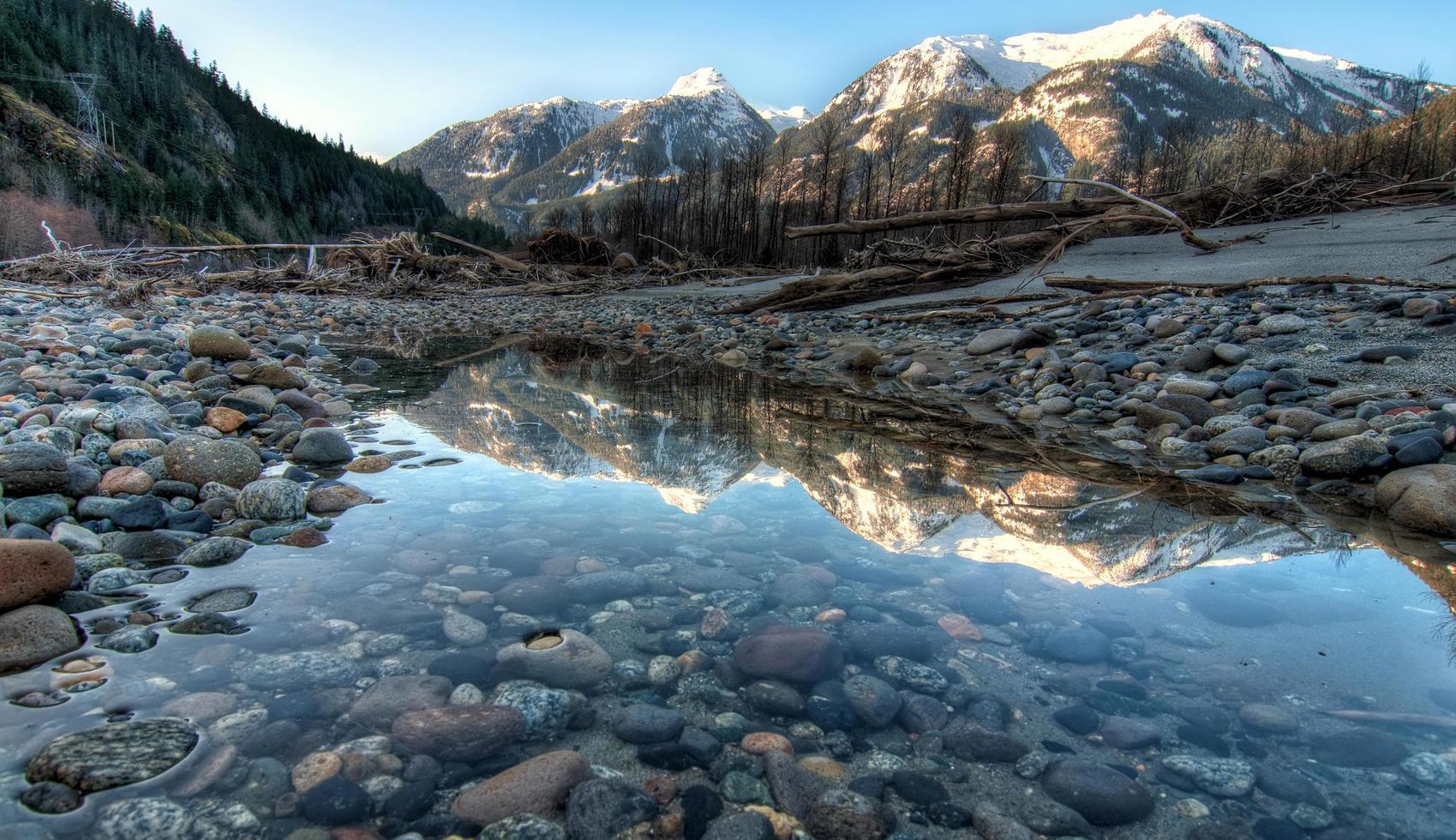 riflesso delle montagne in acqua foto