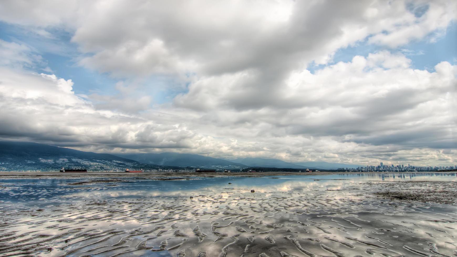 riva con la bassa marea foto