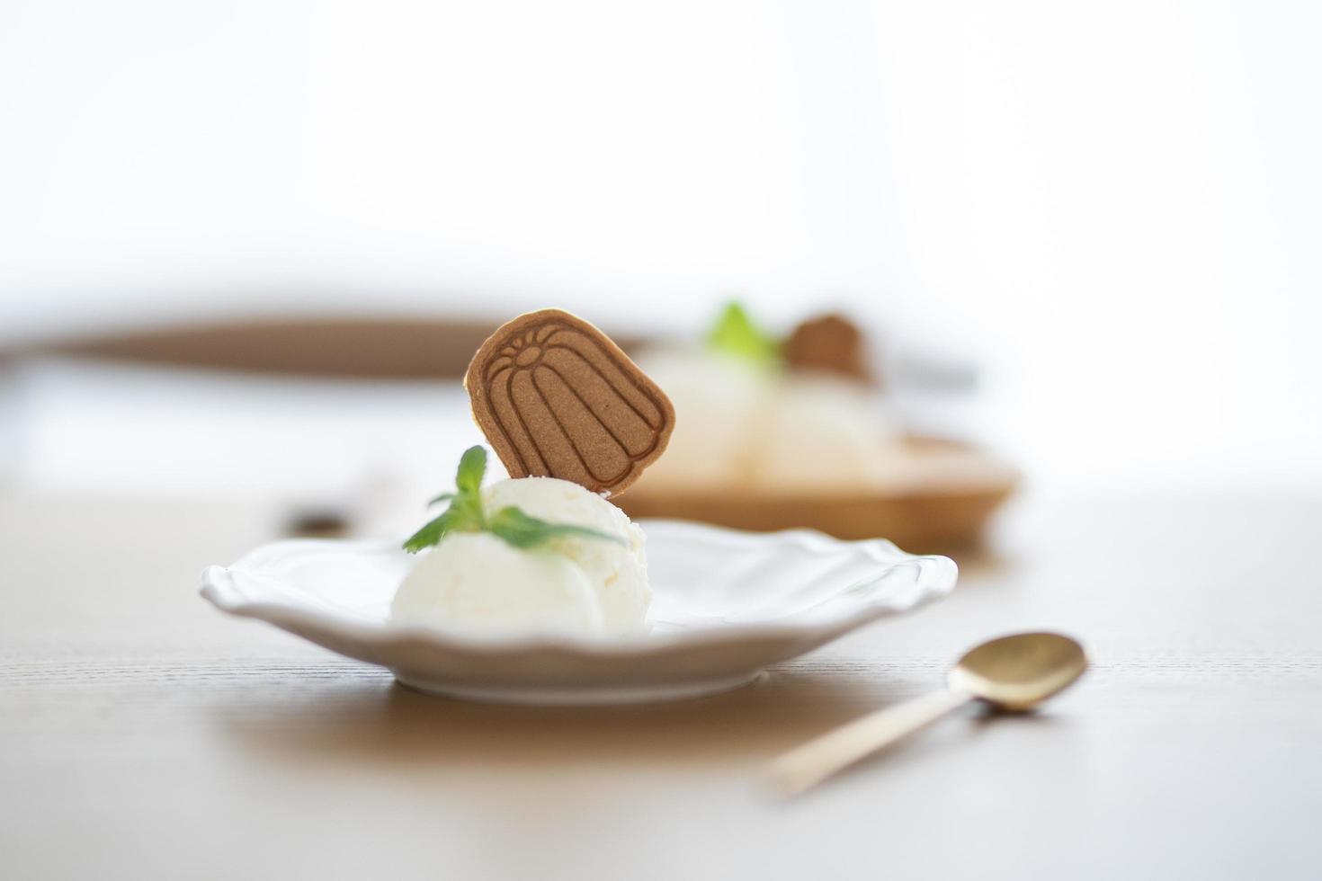 gelato con biscotto sul piatto foto