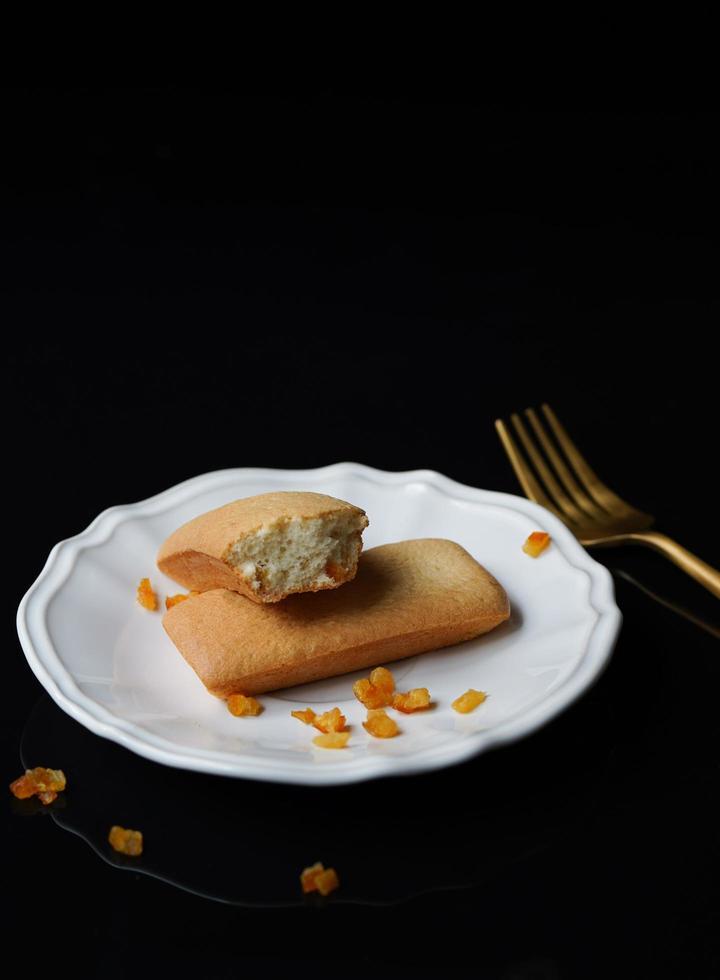 pasticceria sul piatto su sfondo nero foto
