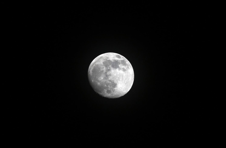 luna piena sparata in una notte buia foto