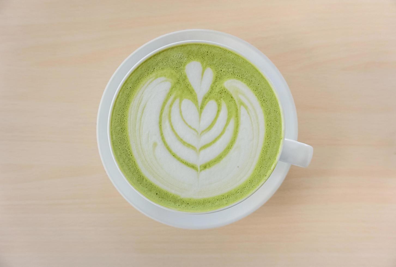 piatto disteso di un tè verde matcha latte foto