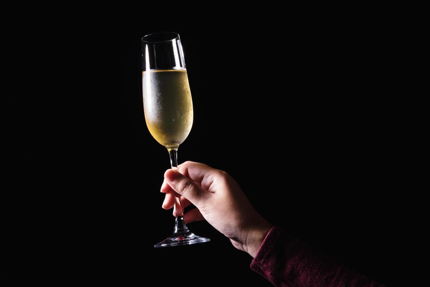 mano che tiene un bicchiere di champagne foto