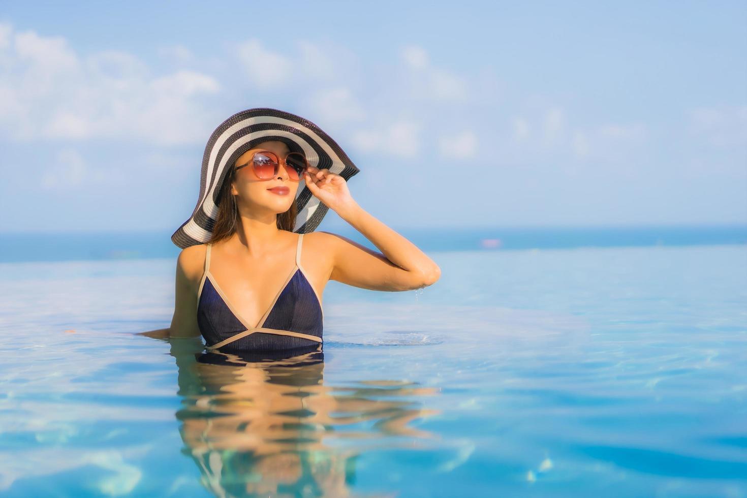 donna che si distende in una piscina foto