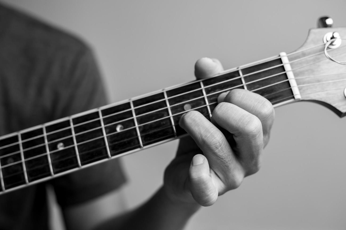 l'uomo suona la chitarra foto