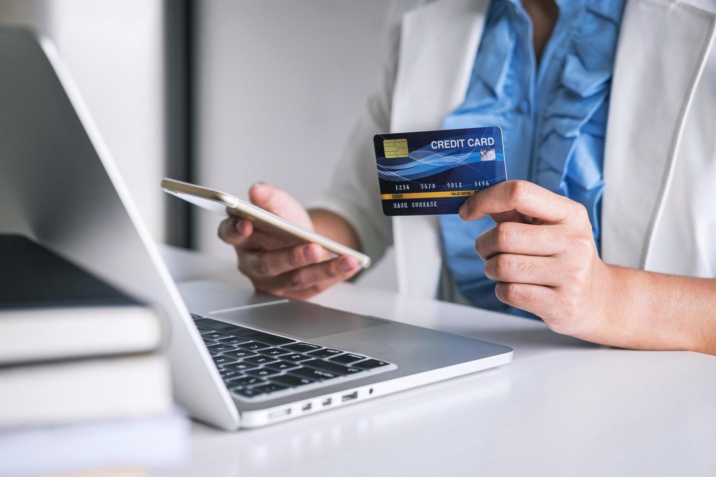 donna che tiene la carta di credito acquisti online foto