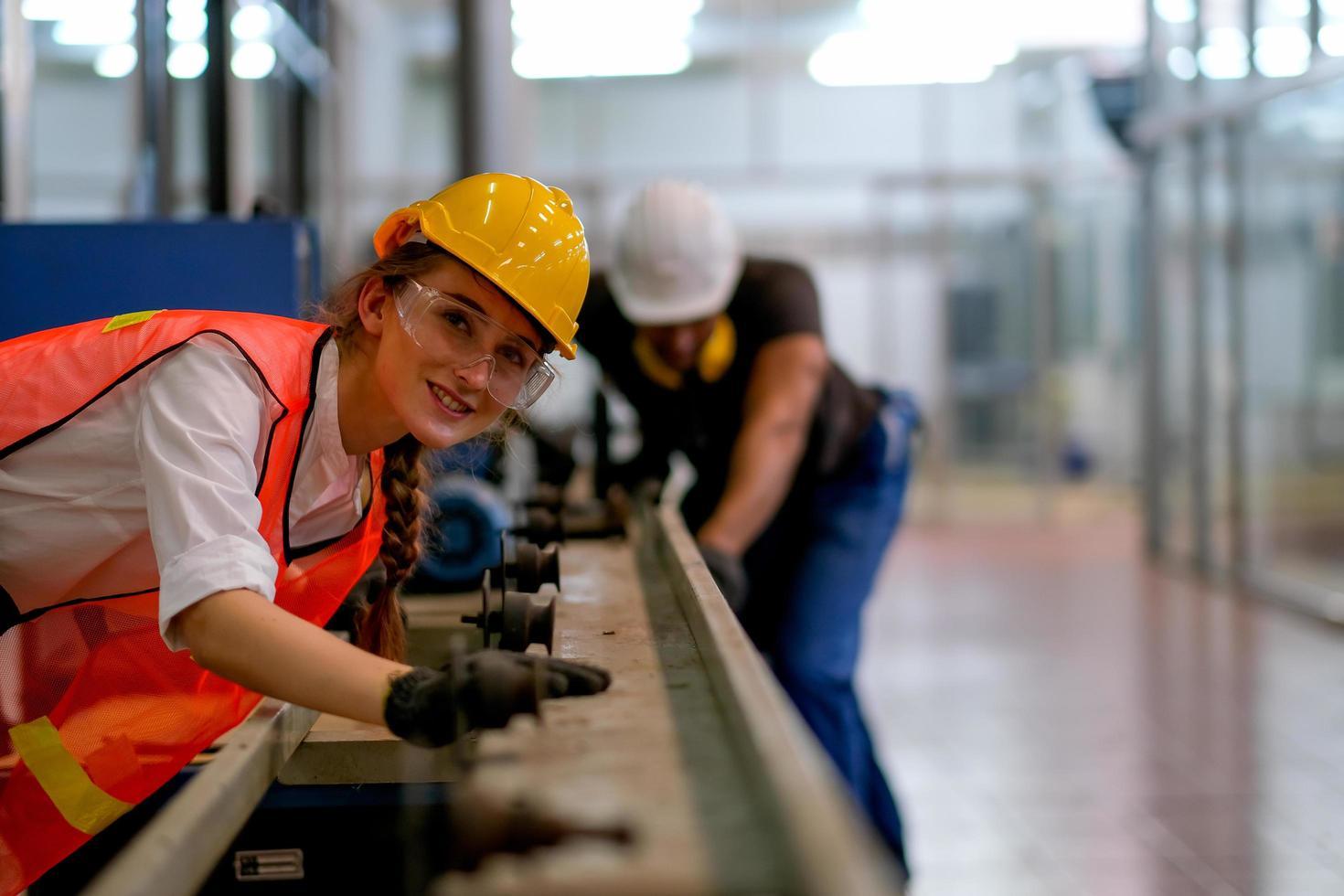 ingegnere femminile che lavora nella pianta con il collega foto