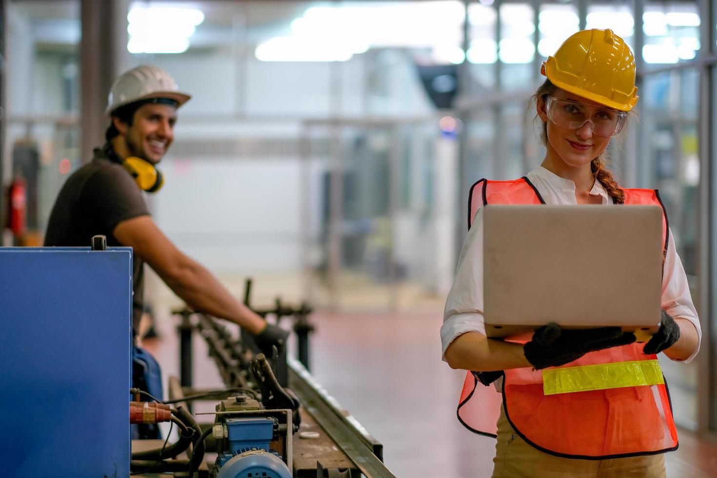 giovane tecnico femminile controlla il lavoro sul computer foto
