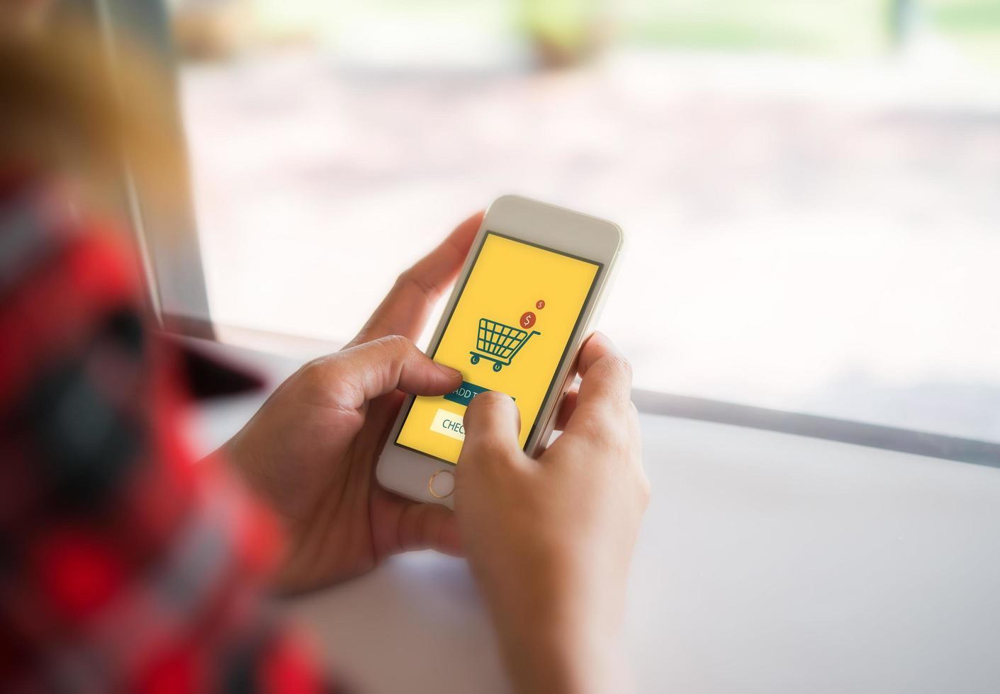acquisti online su smartphone foto