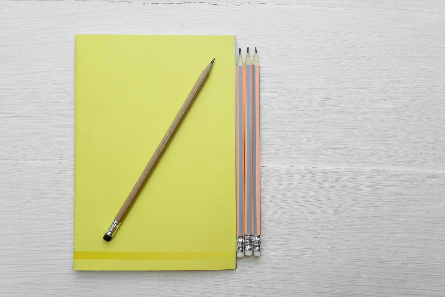 vista dall'alto di un blocco note e matite foto