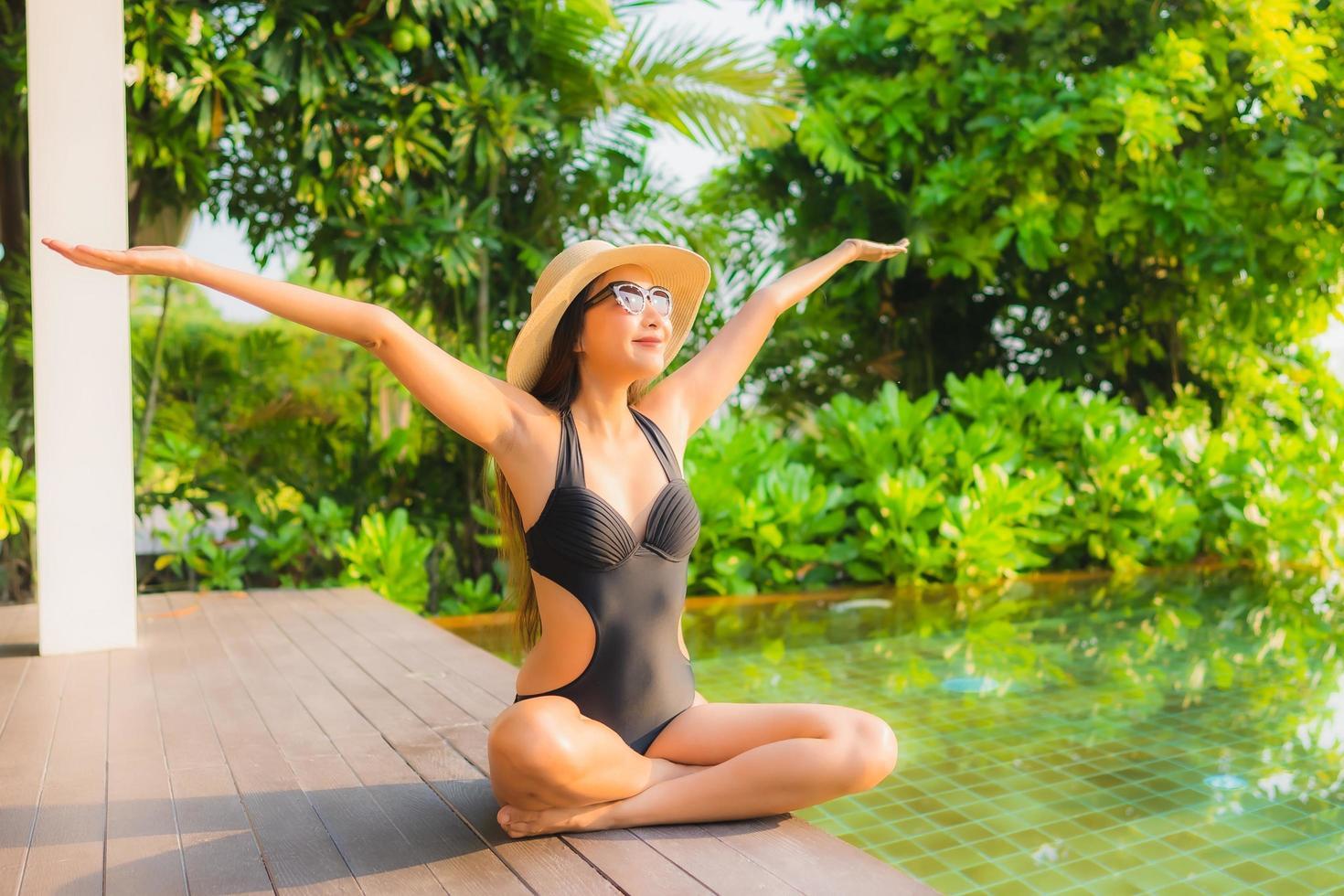 donna rilassante in piscina foto