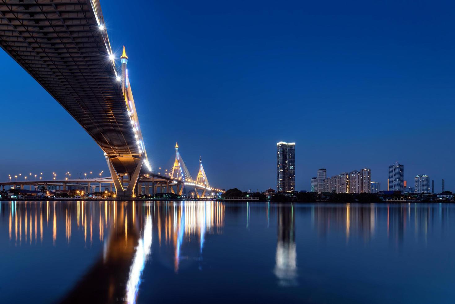 ponte di bhumibol a Bangkok Tailandia foto