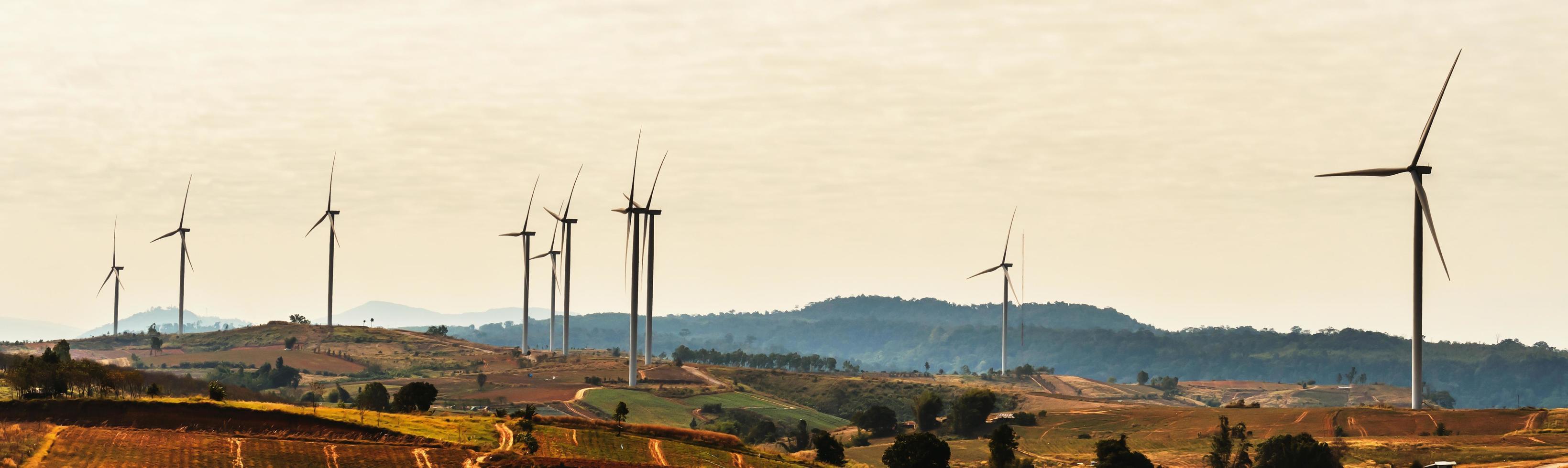 le turbine eoliche si muovono in un pomeriggio soleggiato foto