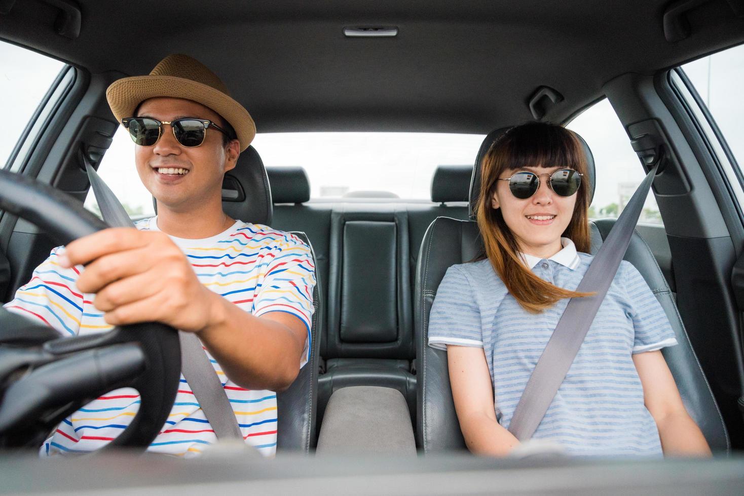 uomo e donna divertirsi durante la guida foto