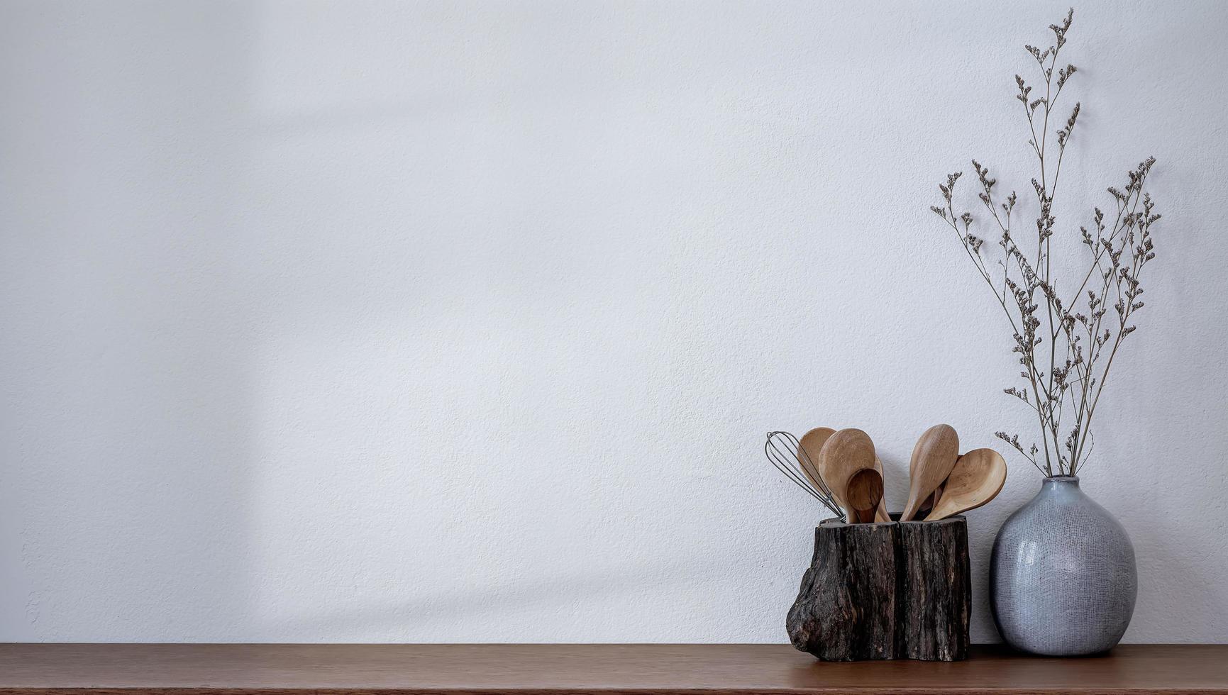 cucchiaio di legno e vaso di ceramica con spazio foto