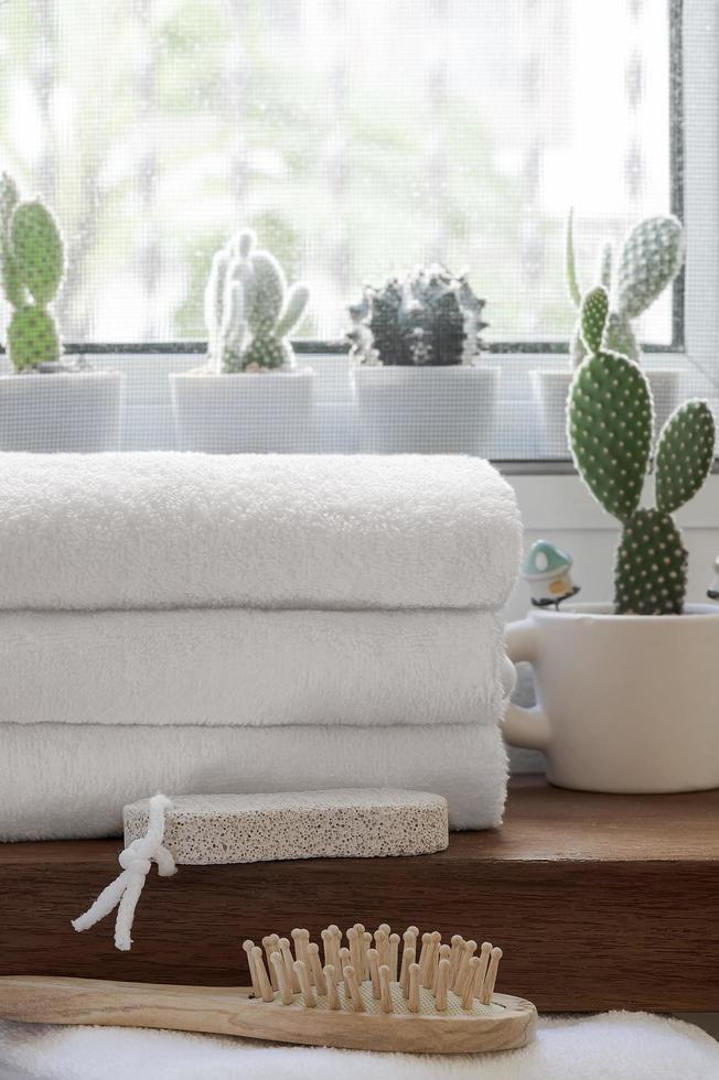 pila di asciugamani puliti piegati sul bancone in legno foto