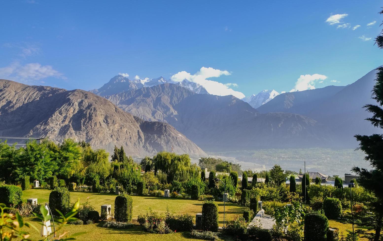 vista del paesaggio di fogliame verde in estate e catena montuosa del karakoram, Pakistan foto