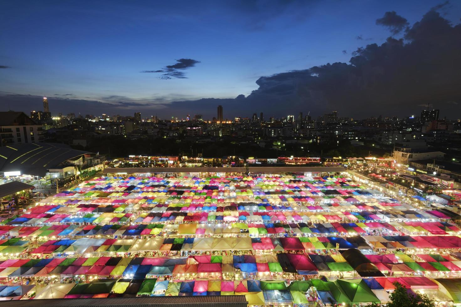 mercato di Bangkok al crepuscolo foto
