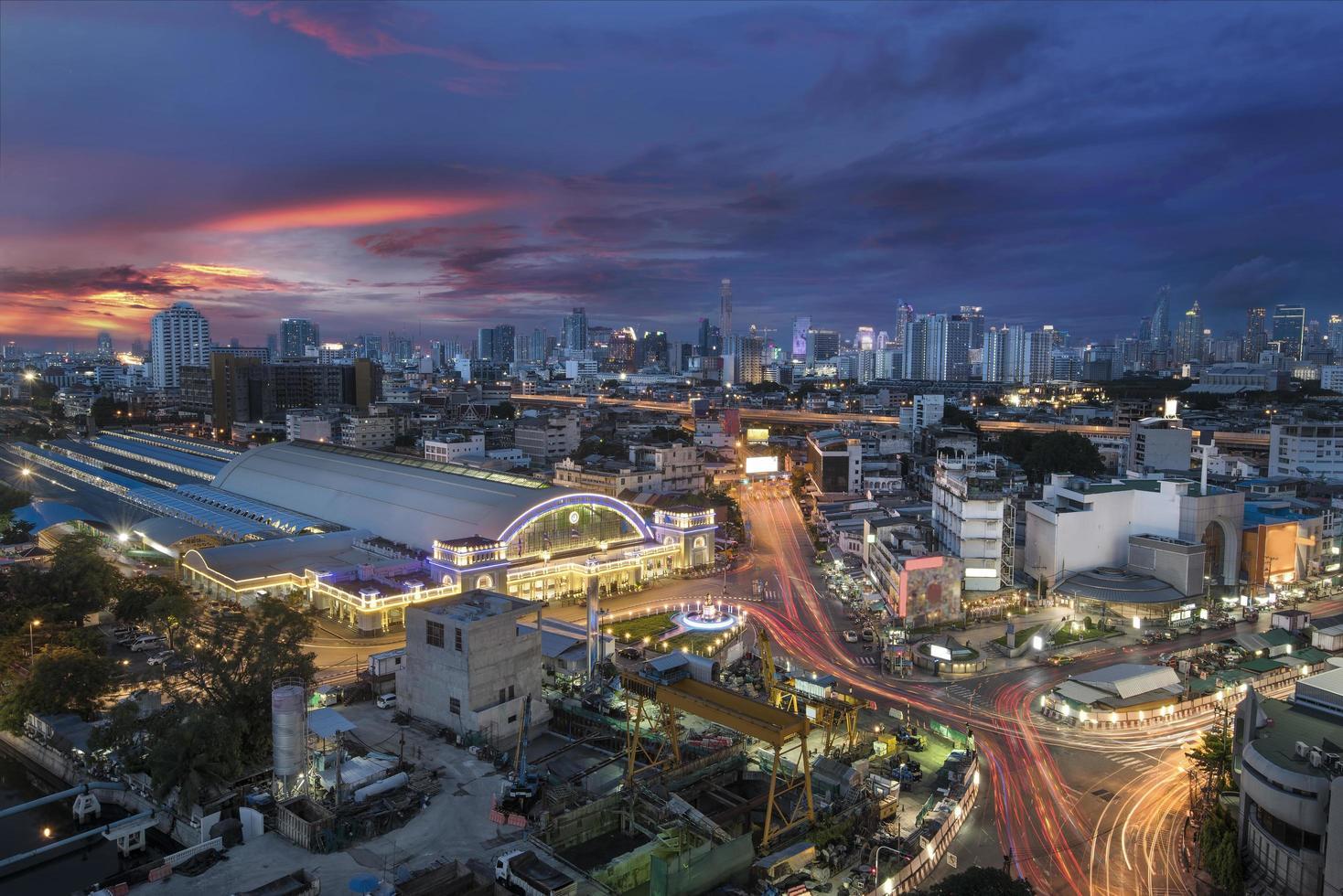 Stazione ferroviaria di Bangkok al tramonto foto