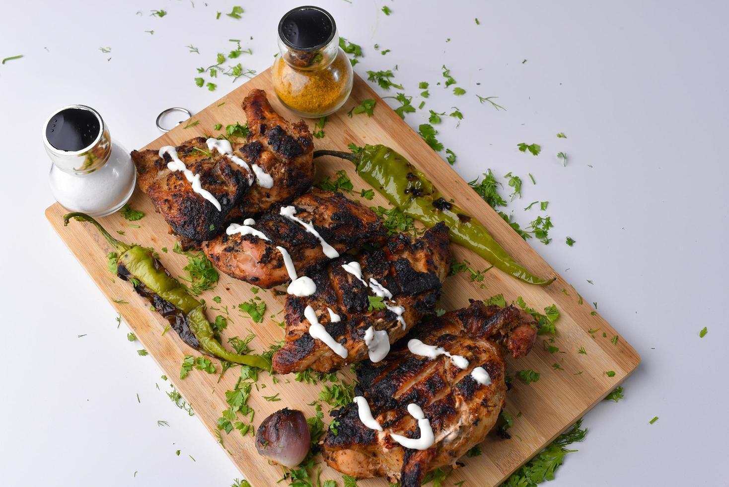 pollo alla griglia con i lati foto