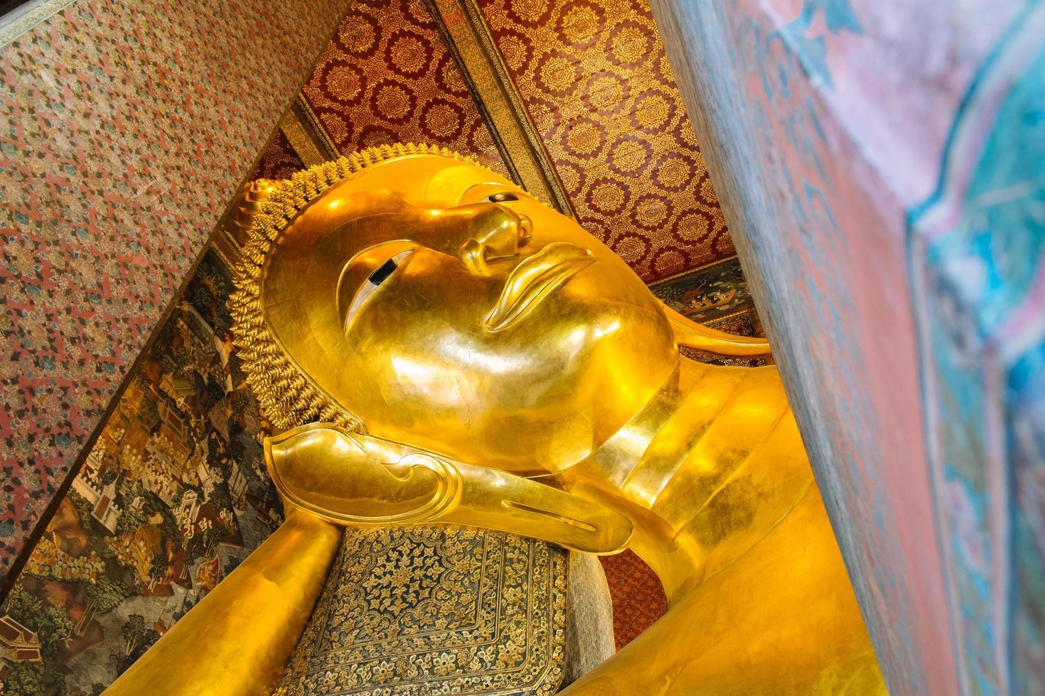 gigantesca statua dorata del Buddha sdraiato foto