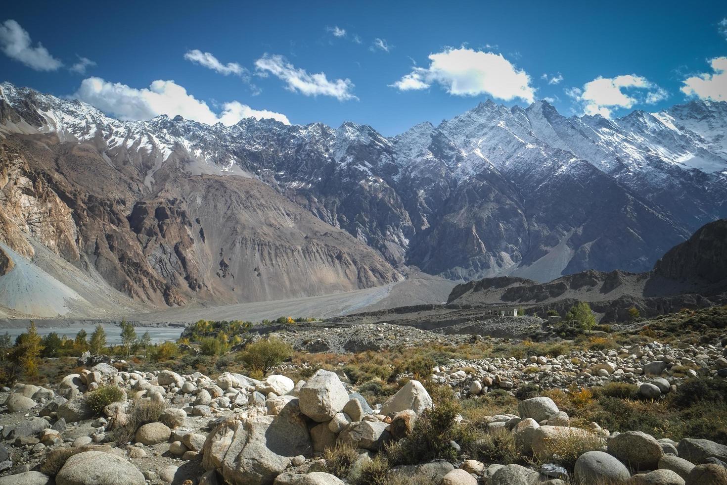vista del paesaggio della catena montuosa del karakoram in Pakistan foto