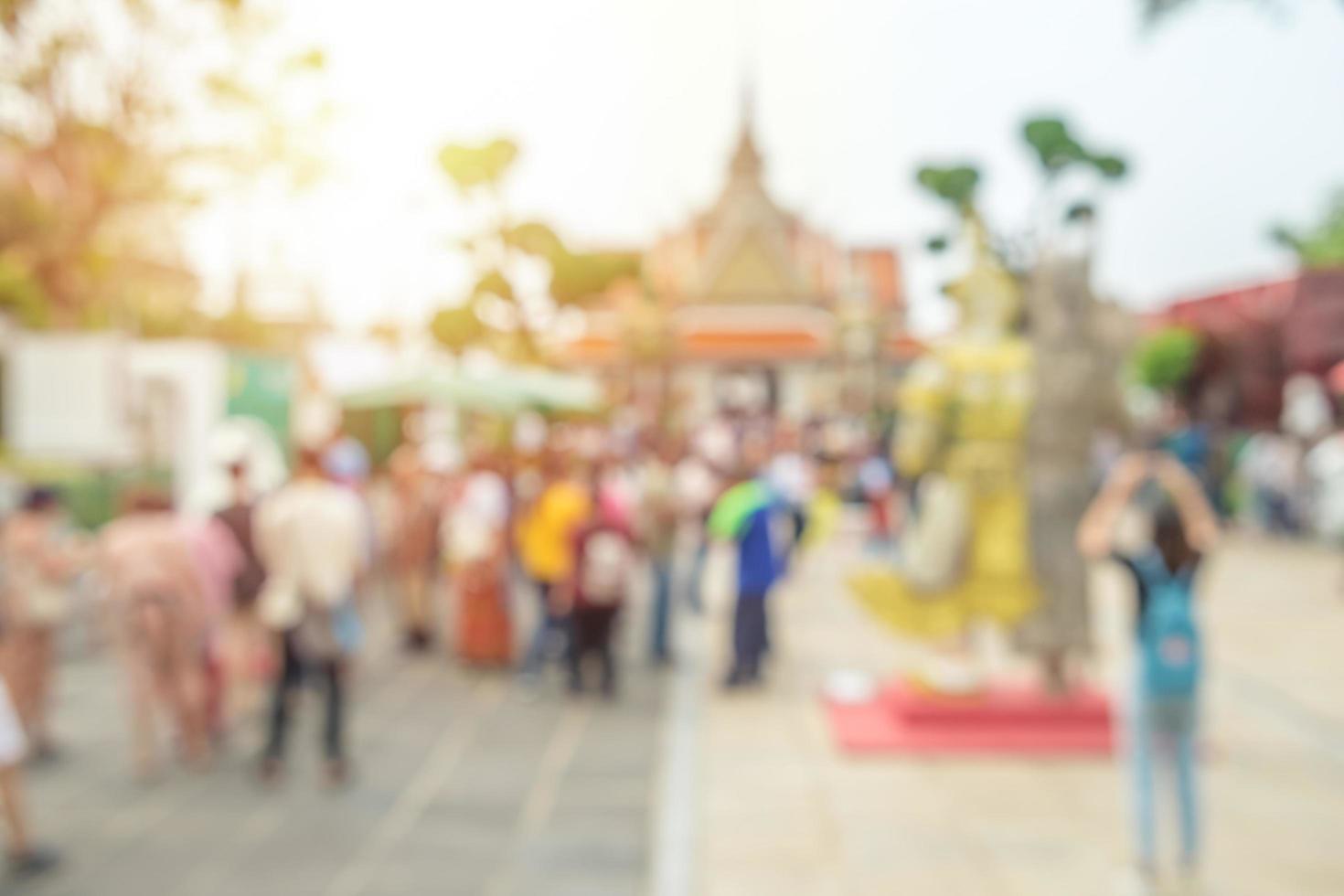astratto sfocato di folla al tempio di Wat Arun foto
