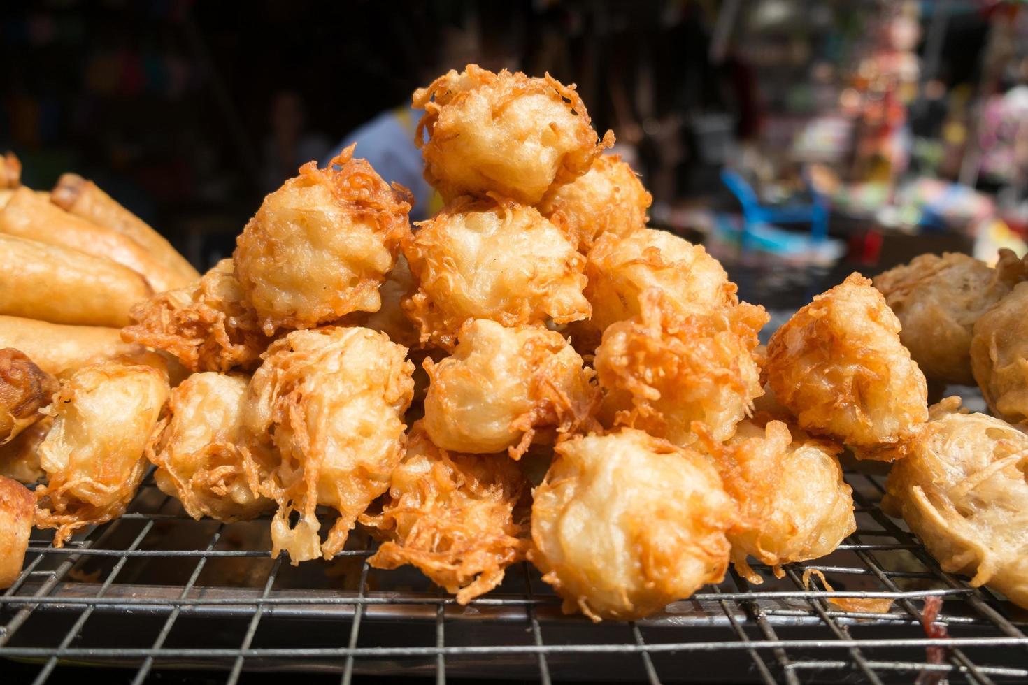 taro fritto per la vendita in un mercato locale foto