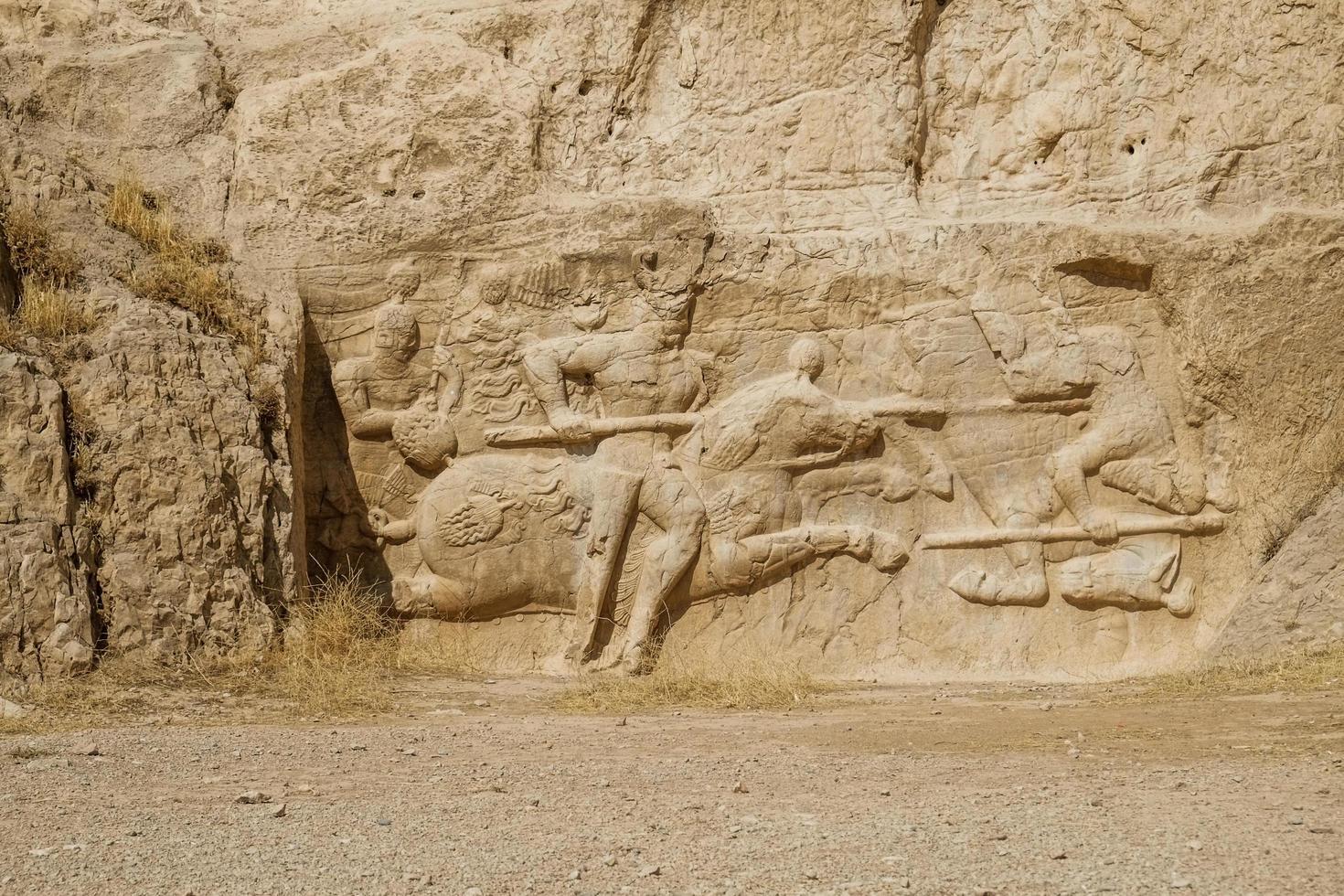 sassanid rock relief in naqsh-e rostam, iran foto
