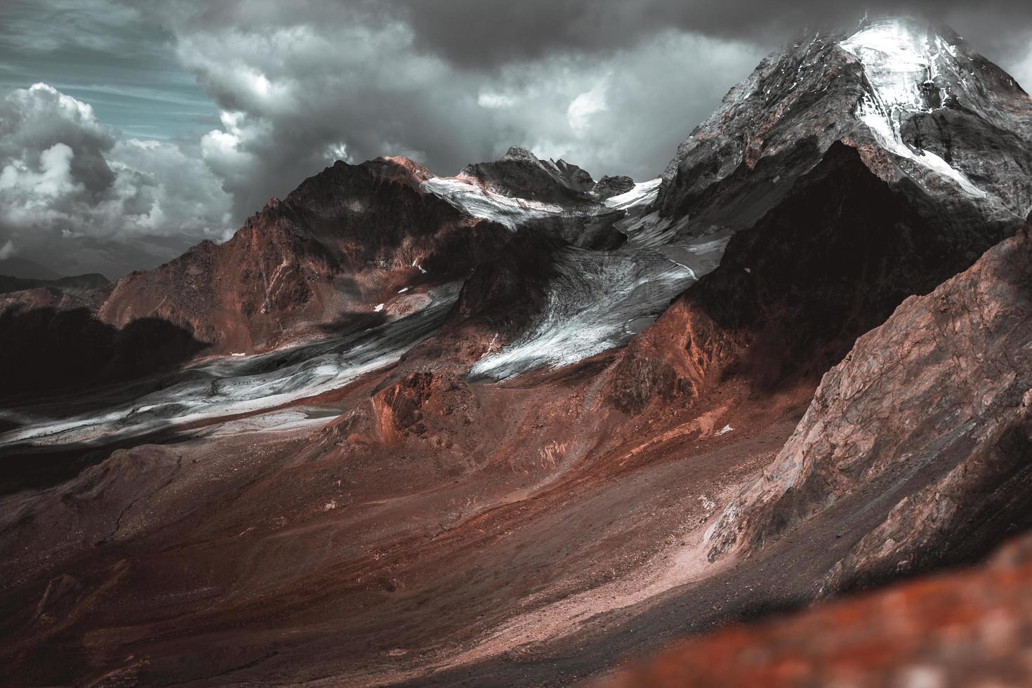 drammatica vista sulle montagne foto