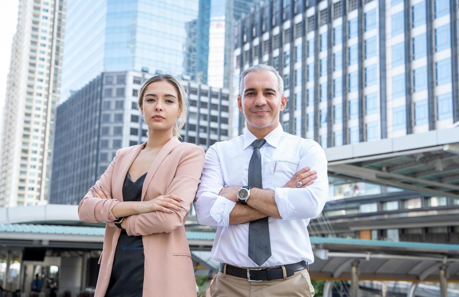 uomo e donna con edifici per uffici foto