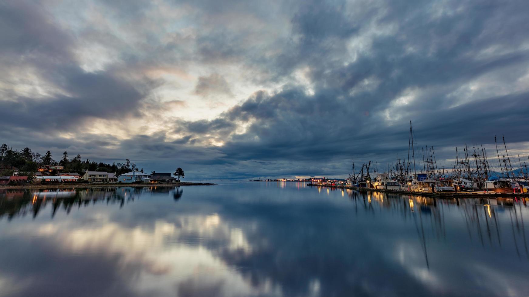 specchio d'acqua sotto il cielo nuvoloso foto