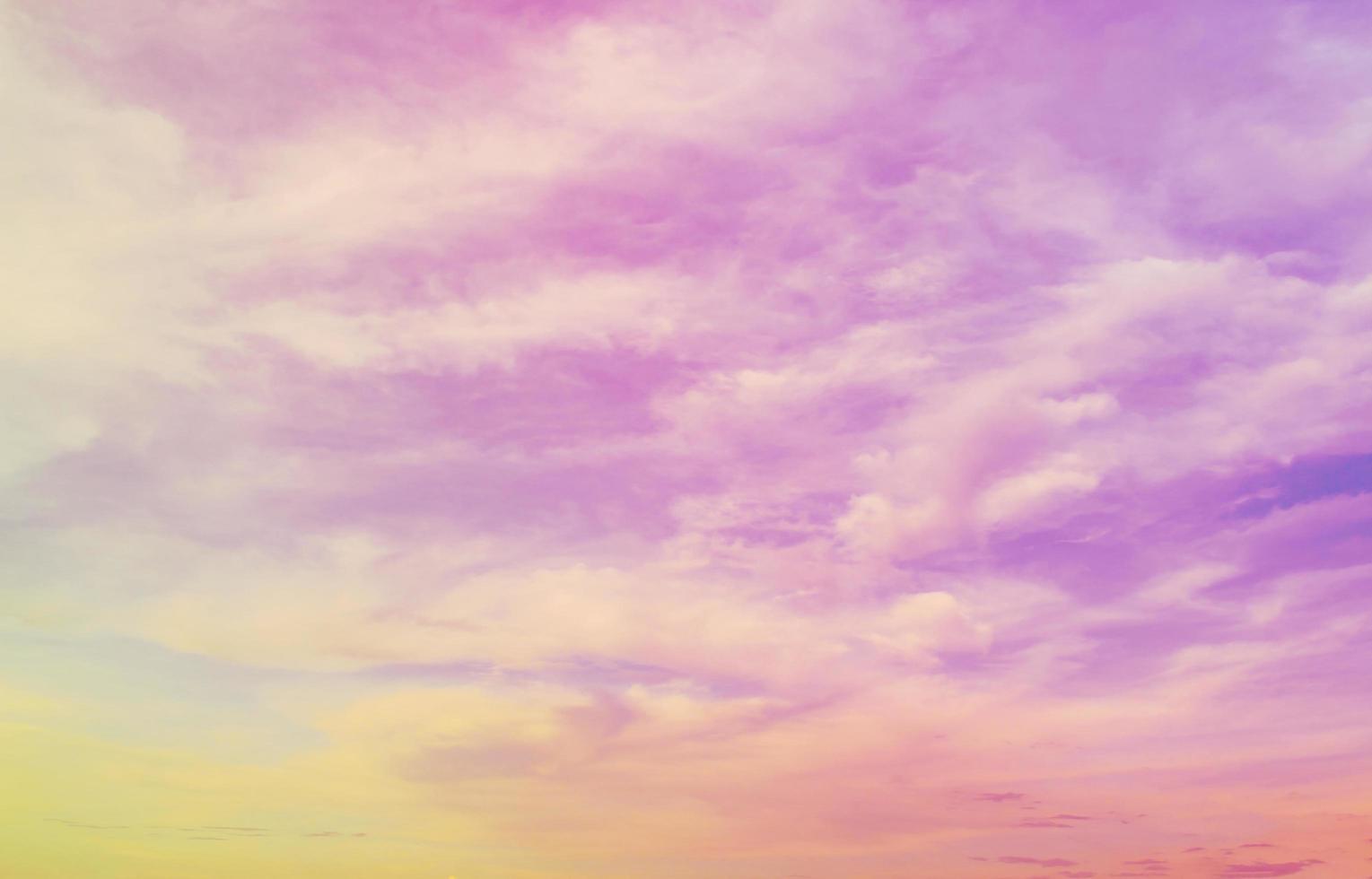 nuvole vibranti e lo sfondo del cielo foto