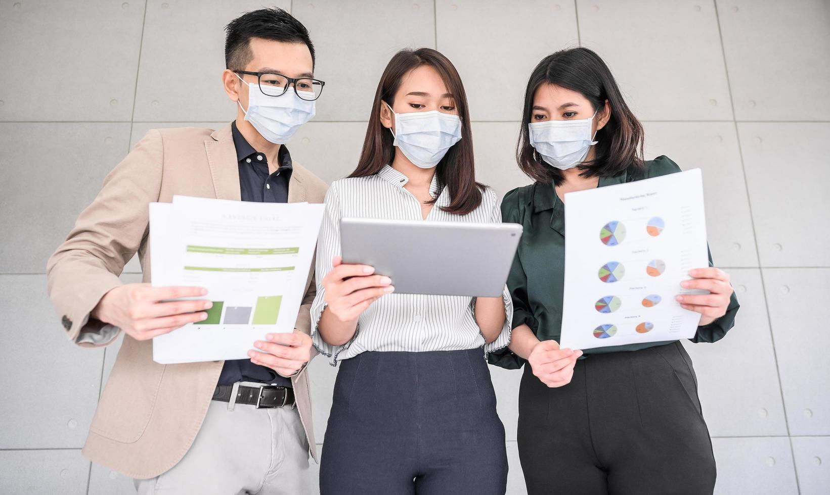 uomini d'affari asiatici che indossano maschere per il viso foto