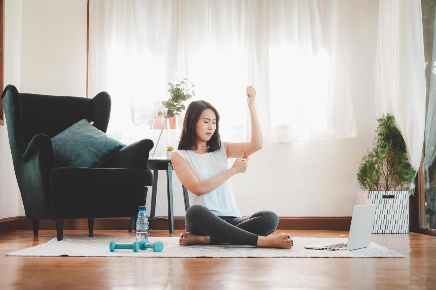donna pizzicando grasso tricipite braccio foto